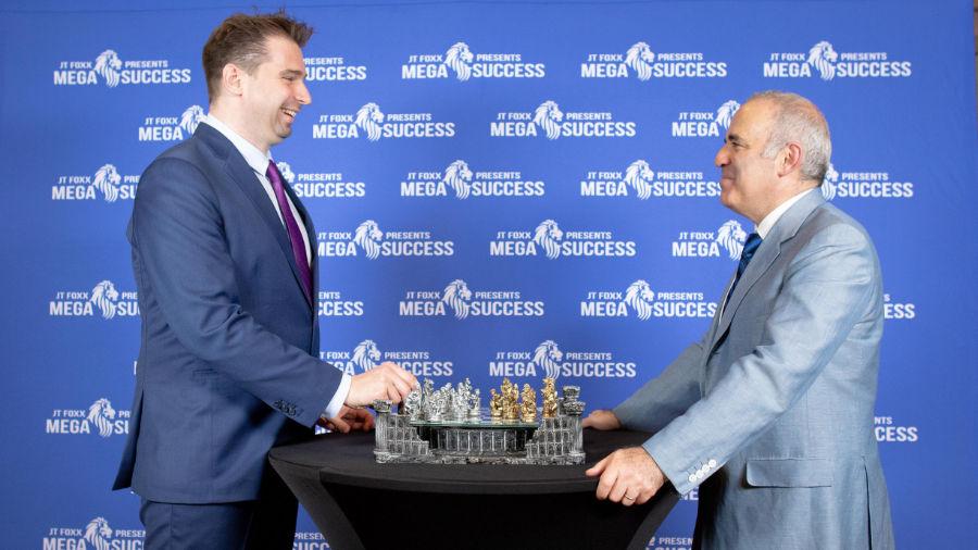 Garri Kasparov ist wohl der besten Schachspieler aller Zeiten und macht sich auch mit seiner Sicht zu vielen politischen Themen einen Namen.